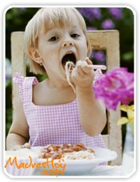 nena-comiendo