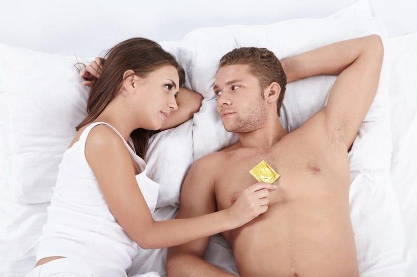 Pareja con un preservativo