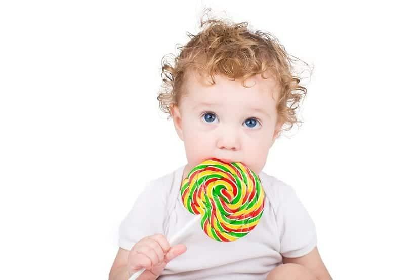 Bebé comiendo piruleta