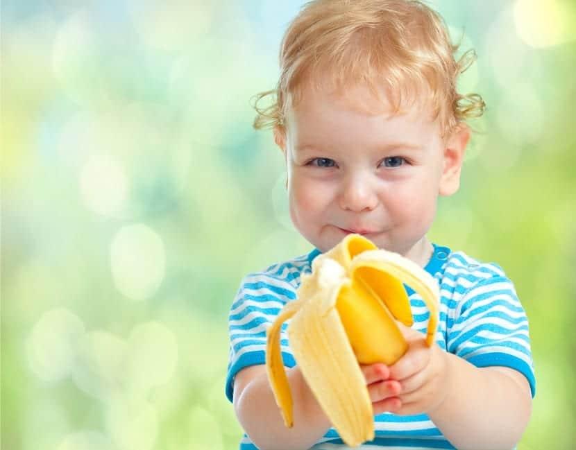 Nene comiendo un plátano