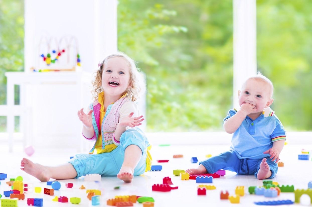 nene y nena jugando