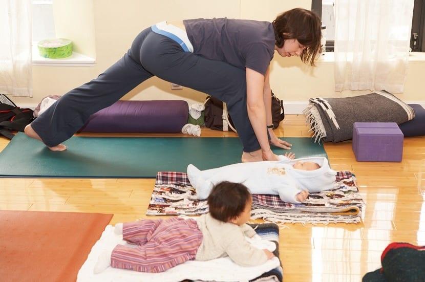Madre haciendo ejercicio en casa con el bebé