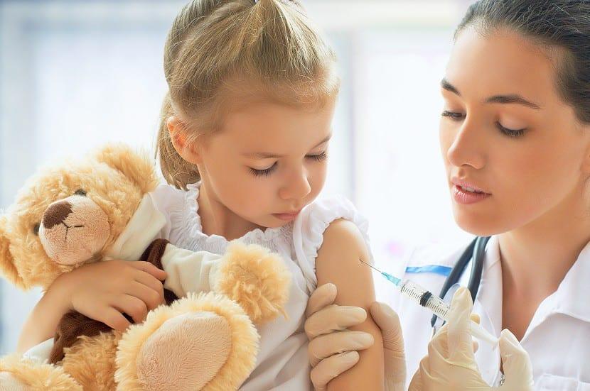 Niña poniéndose vacuna contra paperas