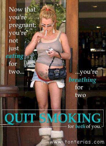 mujer embarazada fumando