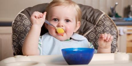 bebe-comiendo-mesa