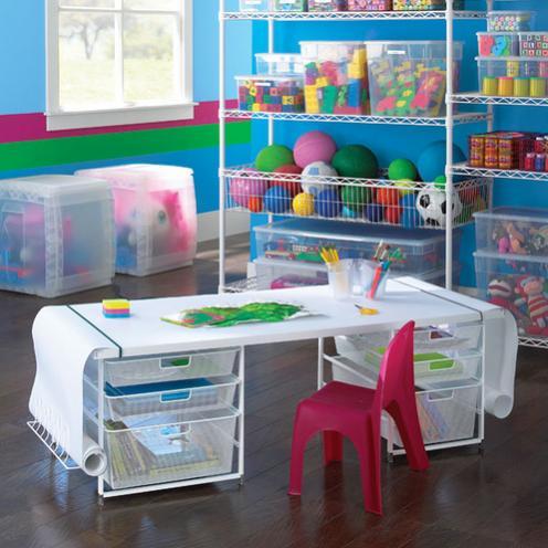 mesa y estanterias