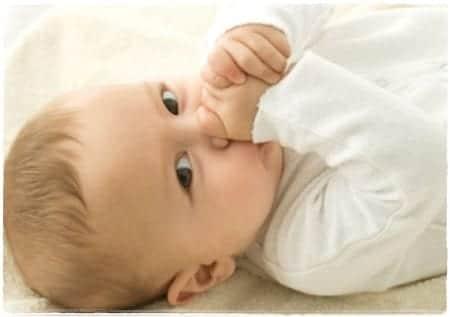 bebés que se chupan el dedo