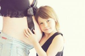 niña con mujer embarazada