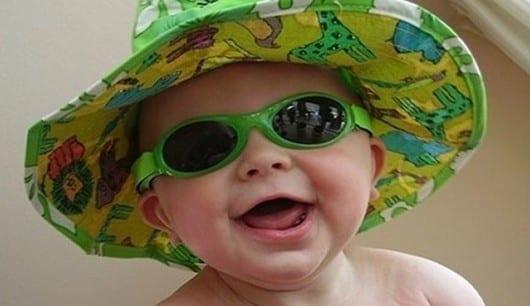 gafas-de-sol-bebe-con-gafas-y-gorro