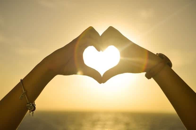 dos manos haciendo un corazón