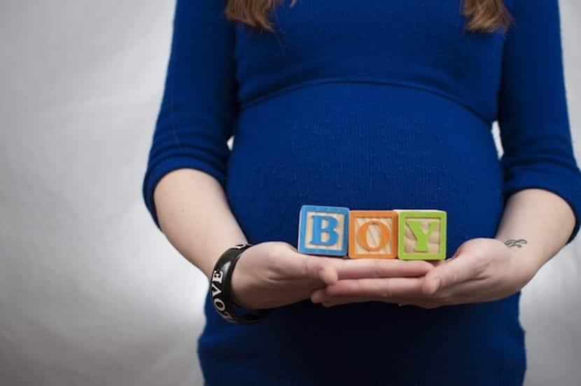 mujer embarazada con un juguete