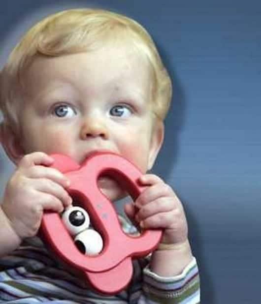 bebe-chupando-juguete
