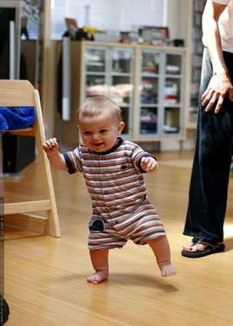 El bebé comienza a caminar
