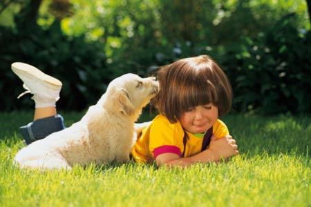 El perro es el mejor amigo de los niños, ayuda al sistema inmunológico y los hace crecer sanos