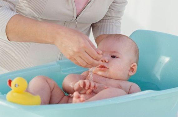 Cómo bañar al bebé en los primeros meses
