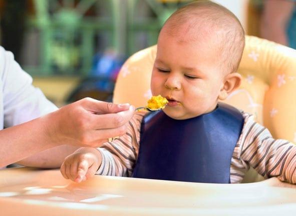 Consejos para darle alimentos sólidos al bebé