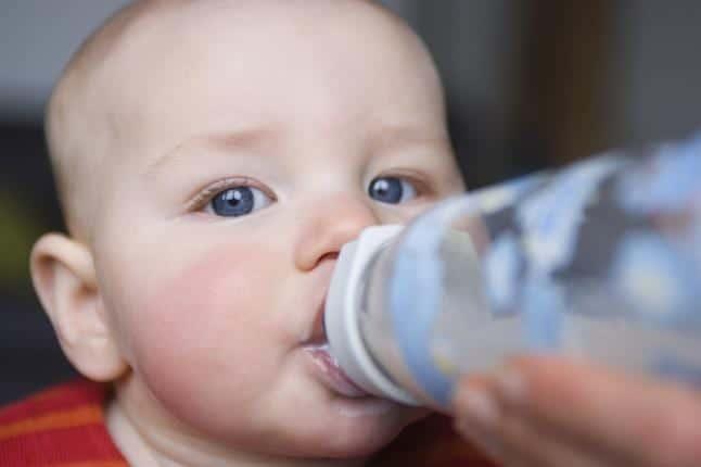 ¿A qué edad comienzan a tomar agua los bebés?