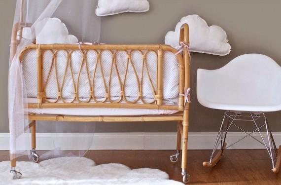 Habitación de bebé con cuna de caña