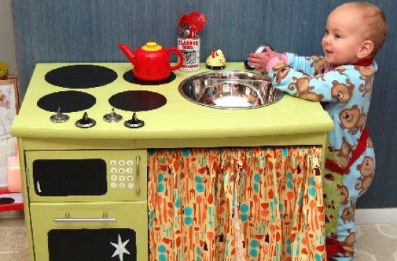 Una idea transformar un viejo mueble en una preciosa - Hacer cocinita de juguete ...