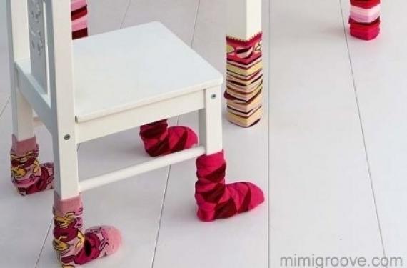 calcetines-en-patas-de-muebles