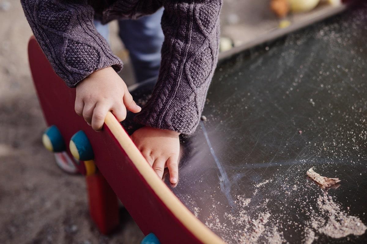 nene con manos sucias