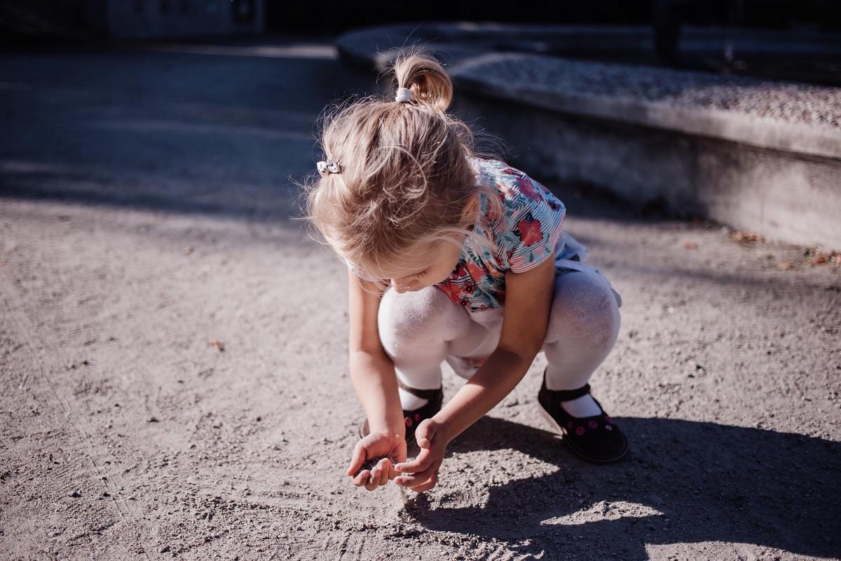 nena con manos sucias