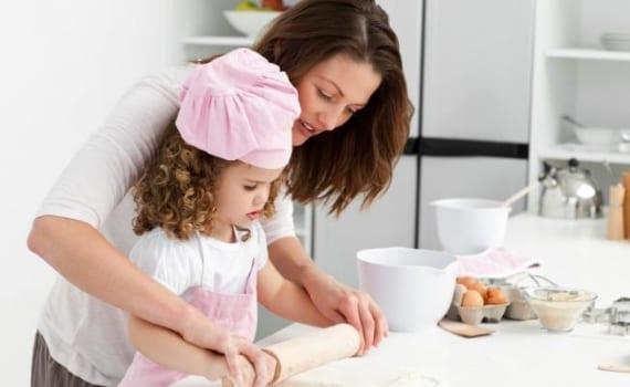 madre e hija cocinando_570x350_scaled_cropp