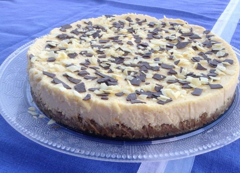 Tarta de queso con chocolate y manzanas.
