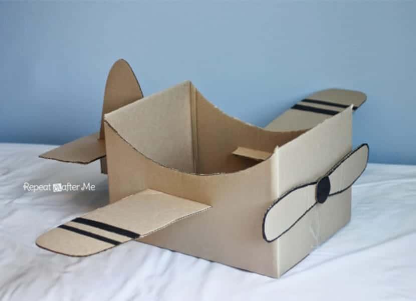 Avión con caja de cartón
