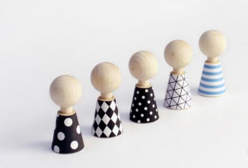 Pequeños muñecos de madera