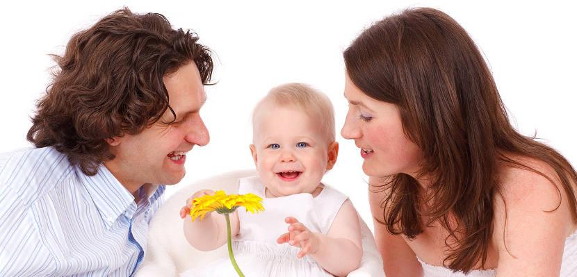 Las madres hablan a los bebés tres veces más que los papás, según un estudio