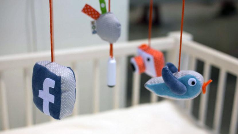 Móvil de cuna que permite al bebé hacerse 'selfies'  para publicar en Facebook y Twitter