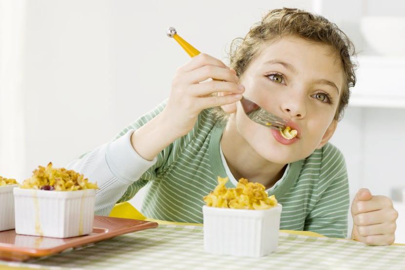 nena comiendo