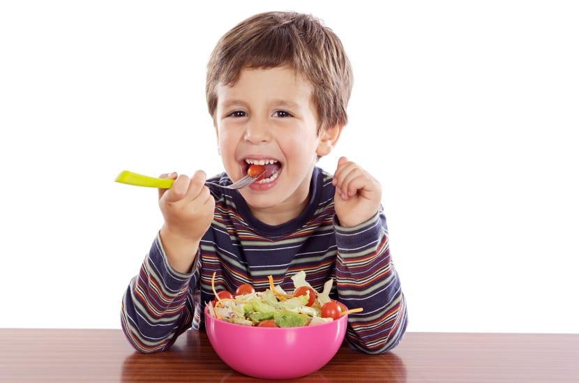 nene comiendo