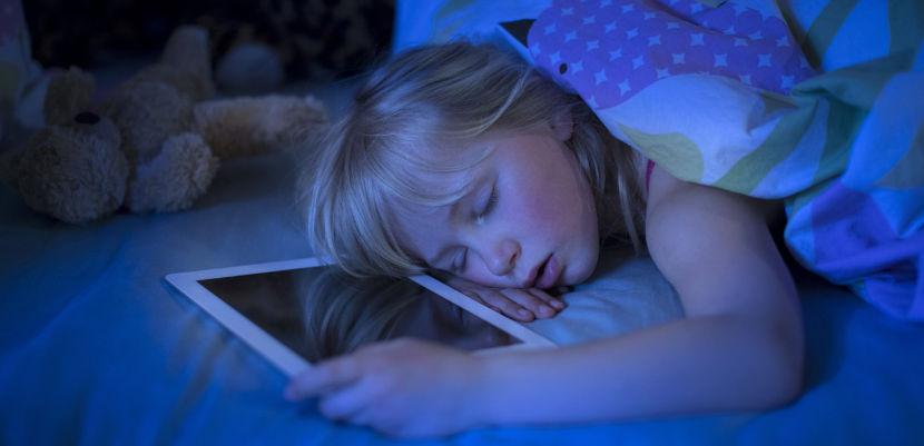 Los niños no deben dormir con dispositivos móviles en su habitación
