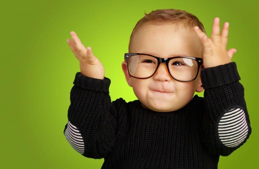 nene con gafas