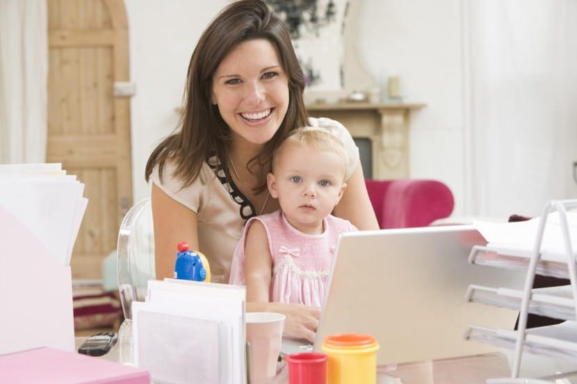 madre e hija frente al portátil