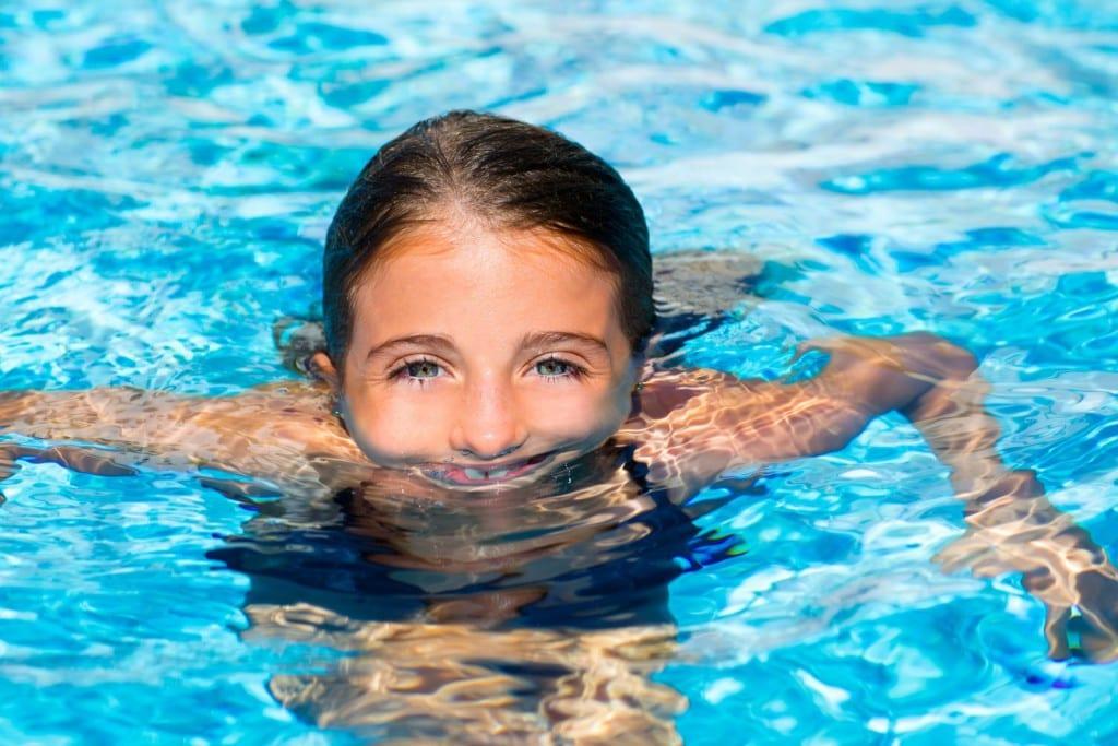 deporte nena piscina
