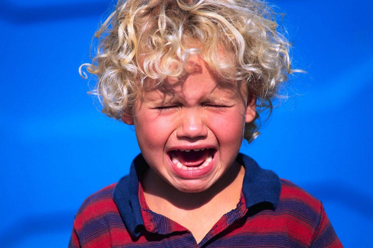 nene que llora porque no quiere ir a la guardería