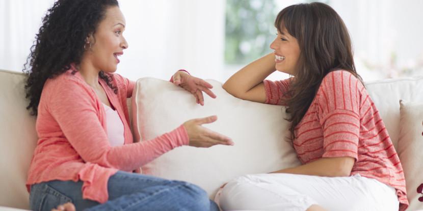 dos madres hablando