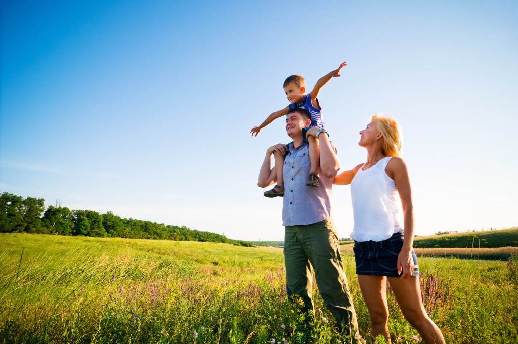 familia feliz campo