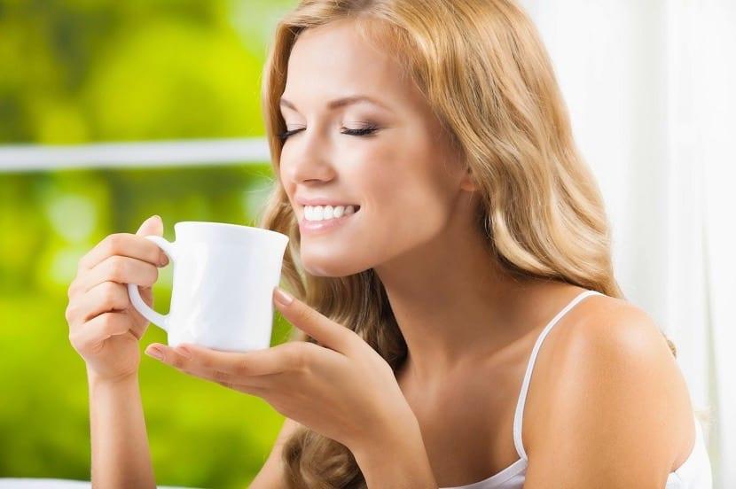 Chica embarazada tomando té