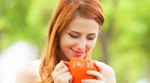 Chica tomando té durante la lactancia