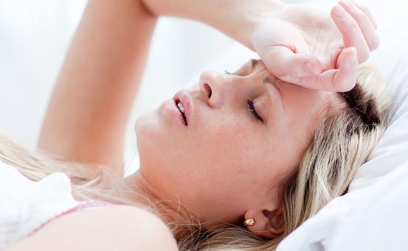 Mujer embarazada cansada por insomnio, uno de los síntomas raros de embarazo en los primeros días