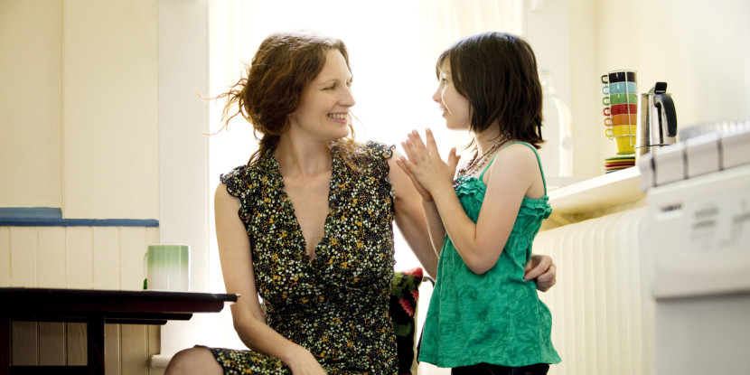 mama e hija hablando