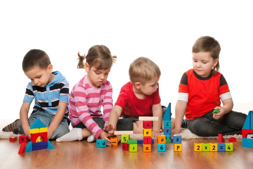 nenes jugando juguetes
