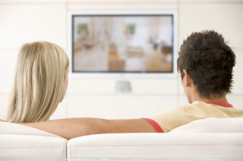 pareja viendo tele