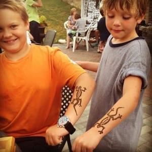 No pongas en peligro tu salud ni la de los niños con los tatuajes de henna negra