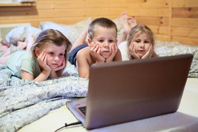 """Los niños no deben usar """"pantallas"""" antes de dormir"""