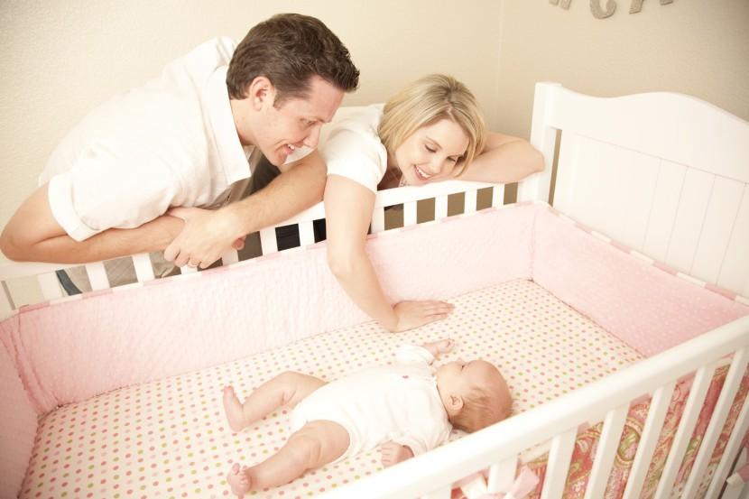 padres con bebe cuna